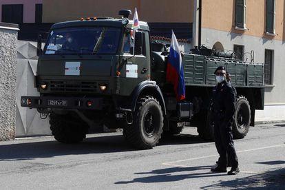 Un grupo de soldados procedentes de Rusia realiza operaciones de desinfección en un hogar de ancianos en la localidad italiana de Orzinuov, a finales de abril.