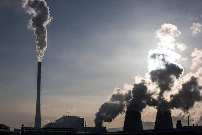 Varias chimeneas expulsan humo proveniente de una central eléctrica en Mongolia, el pasado marzo.
