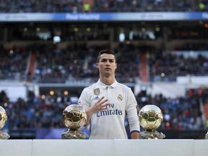 Cristiano Ronaldo posa con sus cuatro Balones de Oro antes del partido contra el Granada.