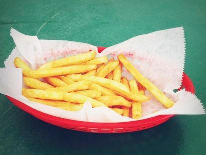 Unas patatas fritas de acompañamiento.