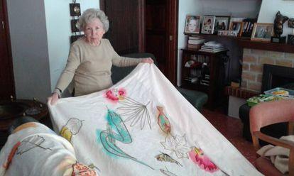La madre de Barceló, Francisca Artigues, muestra sus bordados.