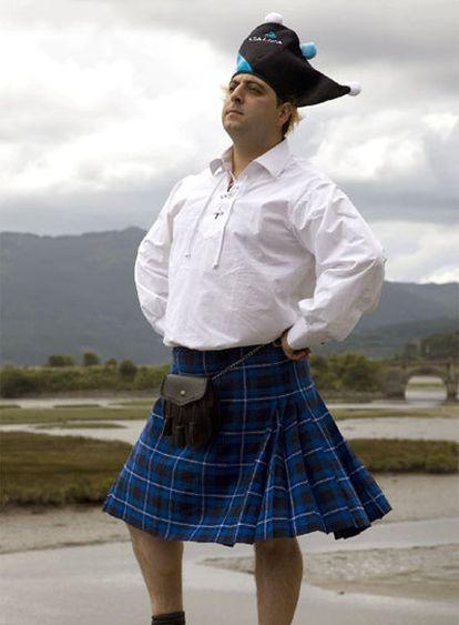 Santiago Bernárdez, con el kilt o falda escocesa que ha inscrito en el registro mundial.