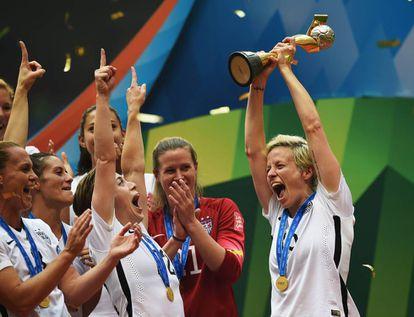 Megan Rapinoe celebra la victoria de la selección de fútbol estadounidense en el Mundial femenino de 2015 en Canadá. En la página anterior, la futbolista durante unas jornadas organizadas por Nike en París, el pasado marzo.