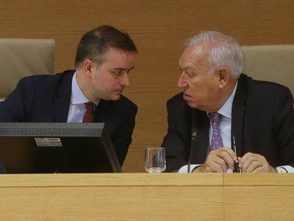 Iván Redondo, jefe de Gabinete del presidente del Gobierno, con José Manuel García Margallo en el Congreso.