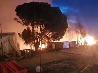 Incendio en un asentamiento chabolista de Palos de la Frontera (Huelva).