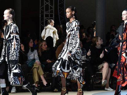 Pasarela con modelos de la firma Alexander McQueen en París en 2018.