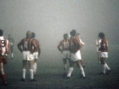 Los jugadores del Estrella Roja y el Milan, en 1988 bajo la niebla.