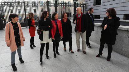 Diputados socialistas del sector crítico. De izquierda a derecha, Rocío de Frutos (Ourense), Susana Sumelzo (Zaragoza), Luz Seijo (Palencia), Margarita Robles (Madrid), Sofía Hernanz (Baleares), Odón Elorza (Gipuzkoa), José Luis Ábalos (Valencia) y Adriana Lastra (Asturias).