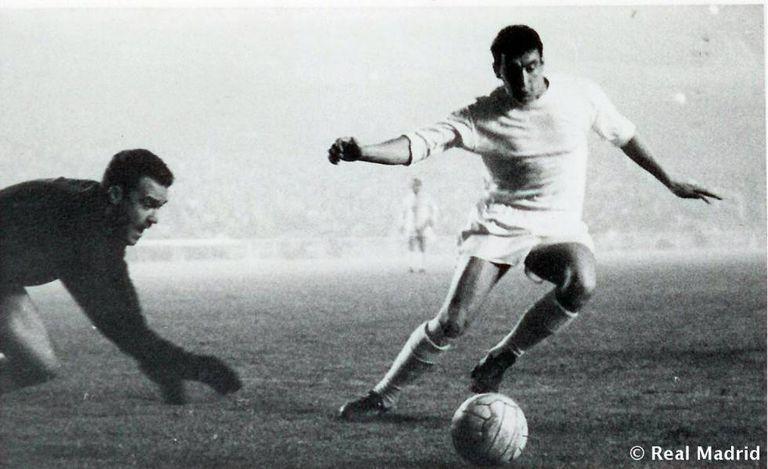 Pachín intenta controlar el balón durante un partido del Real Madrid.