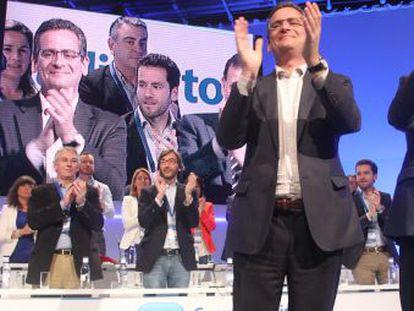 Rajoy (derecha) y Basagoiti, en el acto de cierre del congreso del PP vasco en Bilbao.