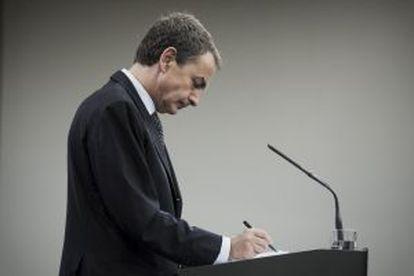 Zapatero toma notas, en la rueda de prensa en la que anunció el adelanto electoral