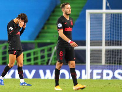 João Felix y Saúl, al acabar el encuentro entre el Atlético y el Leipzig que supuso la eliminación de los madrileños en los cuartos de final de la Champions.