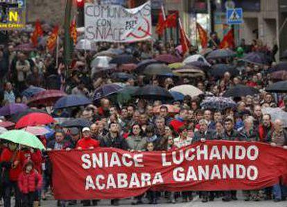 Los trabajadores de Sniace, durante la manifestación que han protagonizado desde Torrelavega hasta la factoría en apoyo a los trabajadores encerrados en la planta química desde hace cinco días para pedir la continuidad de la actividad de la empresa, que despidió en septiembre pasado a toda la plantilla.