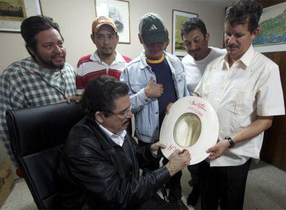 Zelaya firma un sombrero que también contiene el autógrafo del enviado de EE UU, Thomas Shannon.