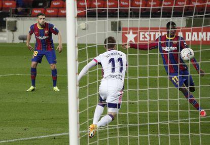 Ousmane Dembélé, en el remate que supuso el gol del triunfo del Barcelona ante el Valladolid