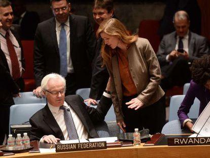 La embajadora de EE UU en la ONU, Samantha Power, habla con Vitaly Churkin, su homólogo ruso.