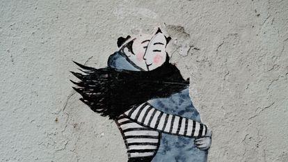 Abrazo en una pared de Lisboa, Portugal.