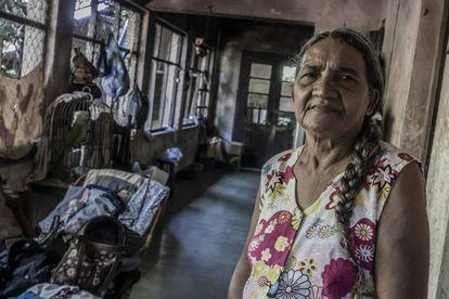 Arriba, Juana Grajeda en la finca donde descansaba Árbenz.