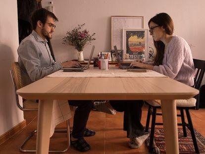La ciudadrealeña Beatriz Arcos y el vallisoletano Pablo Molina son pareja y viven en Madrid, donde acabaron huyendo de la falta de oportunidades de sus ciudades de origen.