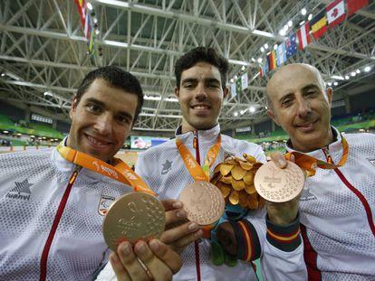 El equipo español de velocidad luce sus medallas de bronce.