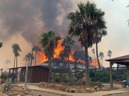 Vista del incendio forestal de este sábado en Estepona (Málaga).