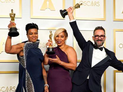 Mia Neal, Jamika Wilson y Sergio López-Rivera, ganadores del Oscar al mejor maquillaje y peluquería por 'La madre del blues'.