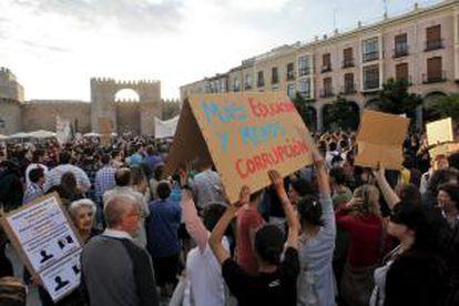 Varios jóvenes muestran una pancarta durante la manifestación del Movimiento 15-M convocada esta tarde en Ávila.