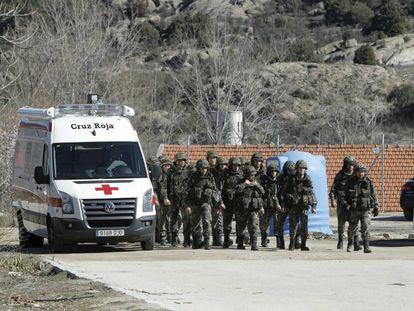Una ambulancia entra en la Academia de Ingenieros de Hoyo de Manzanares (Madrid) el día del siniestro.