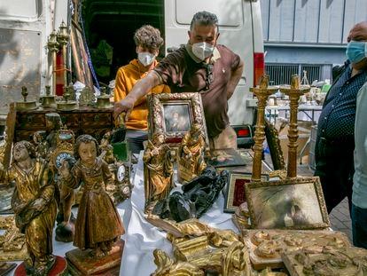 Uno de los puestos de El Rastro en la Feria de desembalajes que ofrece antigüedades y objetos vintage en la plaza Vara del Rey.