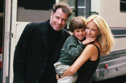 John Travolta con su hijo Jett (fallecido en 2009) y su esposa Kelly Preston (fallecida esta semana) en el set de 'Adictos al amor' en 1997, en la que participaba Preston.