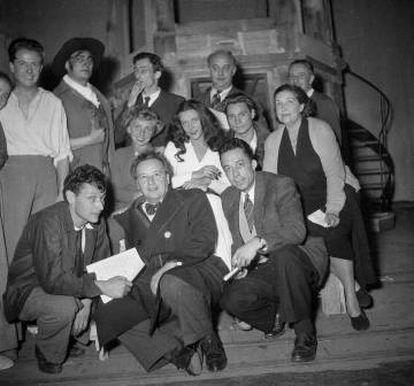Ensayo de 'L'etat de siege', en París en 1948. Agachados, Balthus (primero por la izquierda), Camus (tercero) y María Casares (en el centro, de blanco).