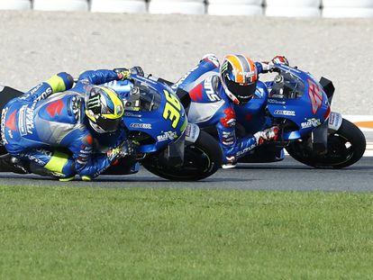Joan Mir adelanta a Alex Rins a 10 vueltas para el final de la carrera en el Ricardo Tormo, en Cheste.