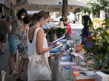 Parada de libros y rosas durante el 'Sant Jordi de verano', del pasado 23 de julio.