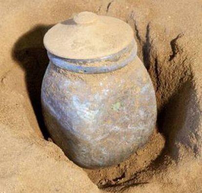 Una de las urnas de cristal aparecidas en el mausoleo romano del siglo I