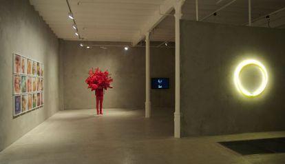 Una de las salas de la exposición con la escultura roja de Daniel Firman.