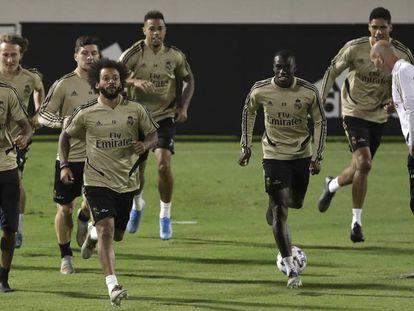 Jugadores del Real Madrid, junto a Zidane ayer durante su entrenamiento en Yedda. En vídeo, declaraciones del entrenador en la rueda de prensa previa al encuentro.