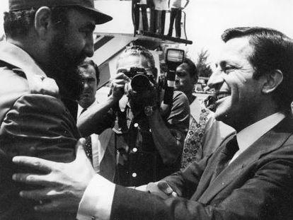 Adolfo Suárez (d) saluda a Fidel Castro en un viaje a La Habana en 1978.