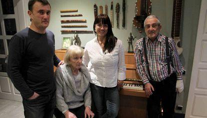 Maribel Tellaetxe, sentada, entre sus hijos, David y Rut, y junto a su marido, Txema Lorente