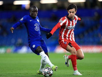 Kanté conduce el balón ante Joao Félix.