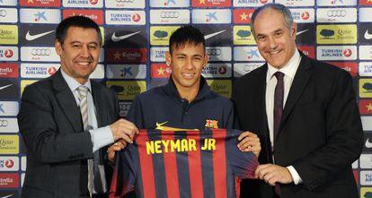 Bartomeu, Neymar y Zubizarreta durante la presentación de futbolista el 3 de junio de 2013.