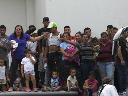 Migrantes piden mejores condiciones en un centro de detención en Tapachula (Chiapas).