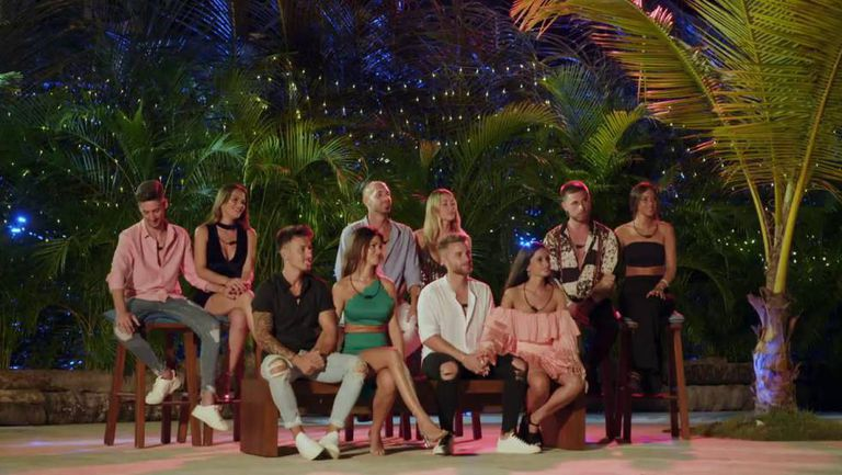 Las cinco parejas que van a buscar la gloria televisiva en 'La isla de las tentaciones', el exitoso 'reality show' de Mediaset. Melodie Peñalver, en el centro, vestida de verde.
