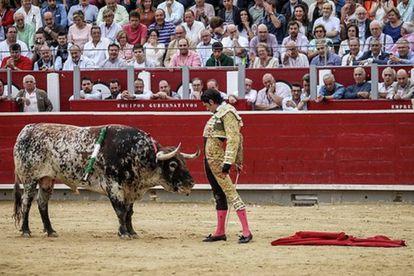 Alejandro Talavante, en un desplante ante el tercero, un precioso toro sardo.