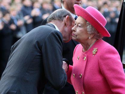El duque de Kent recibe a Isabel II en el Wellington College de Crowthhorne (Reino Unido) el 31 de mayo.