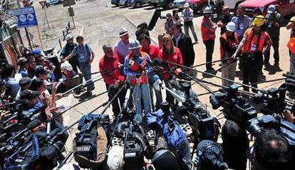 El ingeniero jefe del rescate a los 33 mineros atrapados en Chile, Andrés Sougarret, se dirige a los numerosos medios que esperan la salida de los obreros en el exterior de la mina San José. El ministro chileno de Minas, Laurence Golborne, ha dicho que una de las perforadoras alcanzará su objetivo en las próximas horas.
