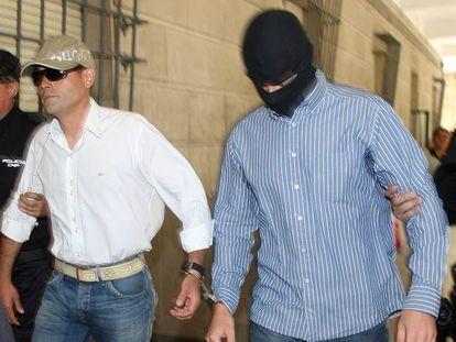 El expolicía Lars Sepúlveda, que robó 154 kilos de heroína y cocaína, en 2009 con pasamontañas.