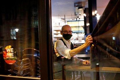 Un camarero de un café de Bruselas, en octubre del año pasado,