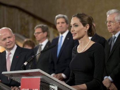La actriz Angelina Jolie, enviada de la ONU, y el ministro de Exteriores británico, William Hague, ante la prensa tras la cumbre del G8 en Londres.