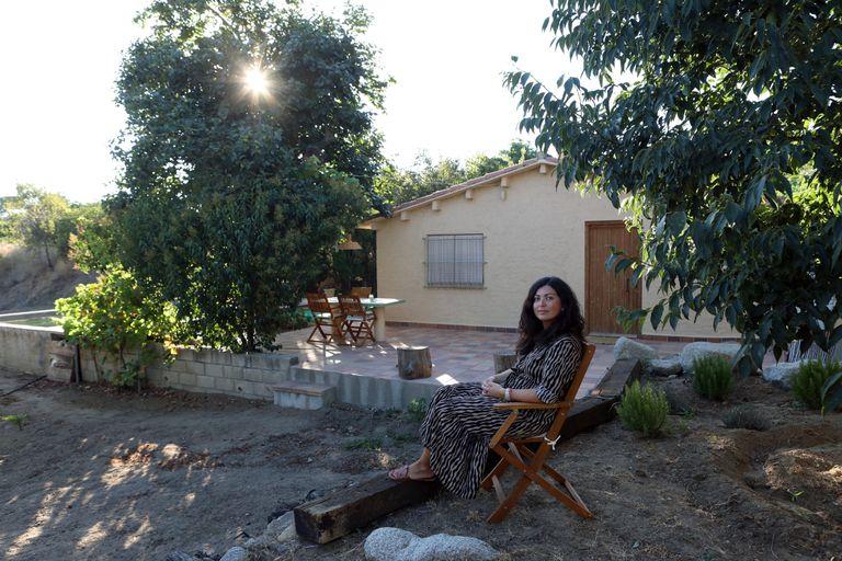 Eva Piqué, en su casita y huerto de Falset (Tarragona).