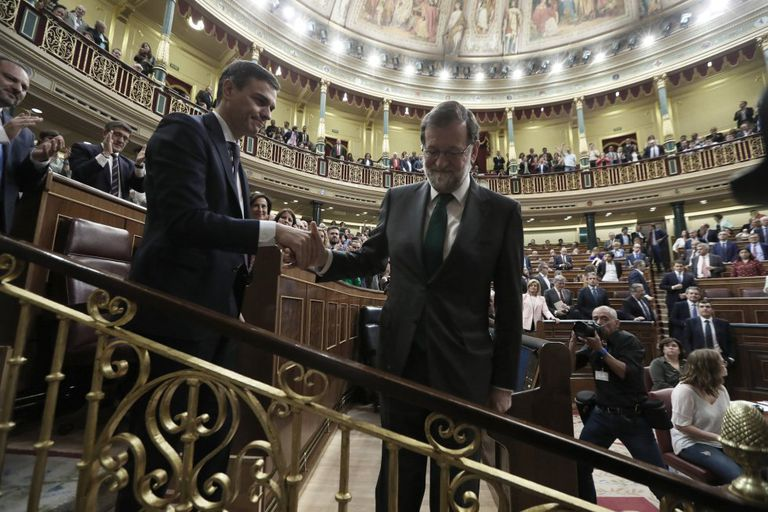 Pedro Sánchez y Mariano Rajoy se saludan tras la moción de censura que llevó al primero a La Moncloa.